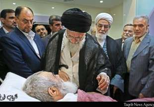 Supreme Leader visiting Ayatollah Mazaheri in hospital (Photo)